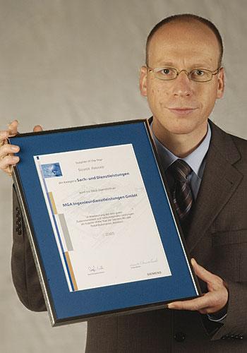 Lorenz Arnold mit der Urkunde