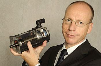 Lorenz Arnold mit dem Schnittmodell eines Servomotors – made by Lenze – für die Technikerschule in Braunschweig.
